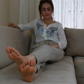 072-zelda-barefoot-soles-show.MP4.0001