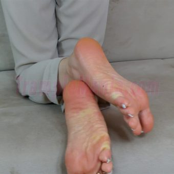 074-zelda-barefeet-soles-show-from-back.MP4.0002