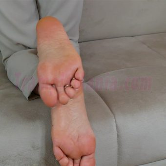 074-zelda-barefeet-soles-show-from-back.MP4.0003
