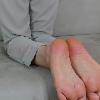 074-zelda-barefeet-soles-show-from-back.MP4.0005