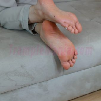 074-zelda-barefeet-soles-show-from-back.MP4.0007