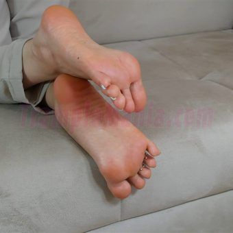 074-zelda-barefeet-soles-show-from-back.MP4.0008