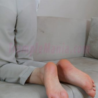 074-zelda-barefeet-soles-show-from-back.MP4.0009