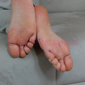 074-zelda-barefeet-soles-show-from-back.MP4.0012