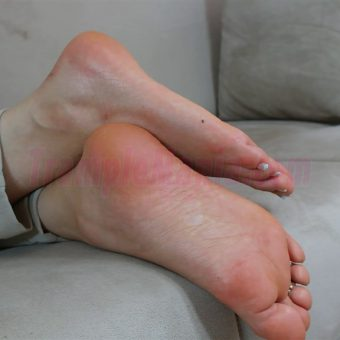 074-zelda-barefeet-soles-show-from-back.MP4.0014