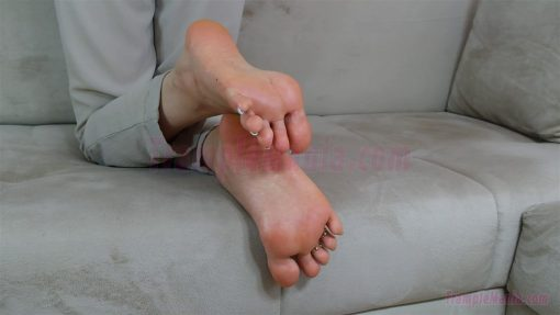 074-zelda-barefeet-soles-show-from-back.MP4.0015