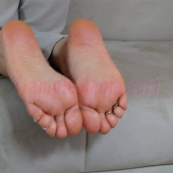 074-zelda-barefeet-soles-show-from-back.MP4.0016
