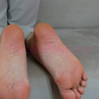 074-zelda-barefeet-soles-show-from-back.MP4.0017