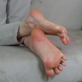 074-zelda-barefeet-soles-show-from-back.MP4.0018