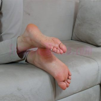 074-zelda-barefeet-soles-show-from-back.MP4.0019