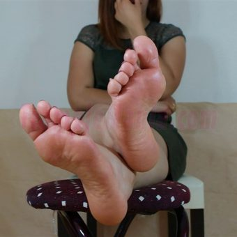 090-elisa-barefoot-and-soles-show.MP4.0029