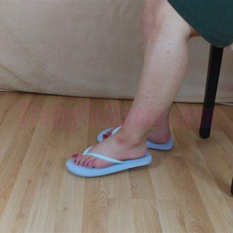 083-elisa-barefoot-show-in-flip-flops.MP4.0008