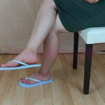 083-elisa-barefoot-show-in-flip-flops.MP4.0013