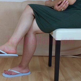 083-elisa-barefoot-show-in-flip-flops.MP4.0014