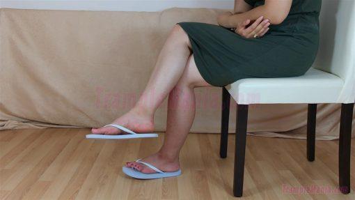 083-elisa-barefoot-show-in-flip-flops.MP4.0016