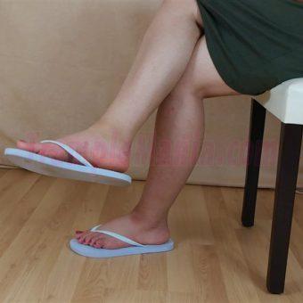 083-elisa-barefoot-show-in-flip-flops.MP4.0017