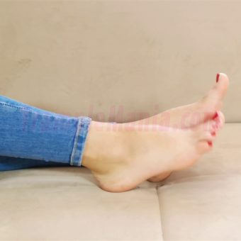 110-leah-barefoot-show-in-the-couch.MP4.0007