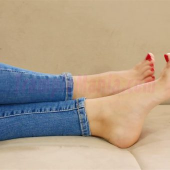 110-leah-barefoot-show-in-the-couch.MP4.0011
