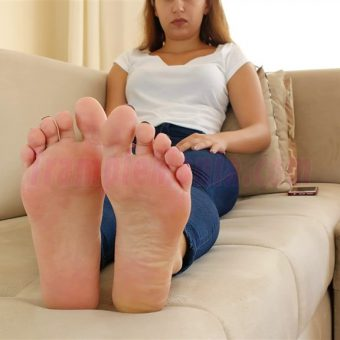 129-adelinas-sweaty-gym-feet.MP4.0004