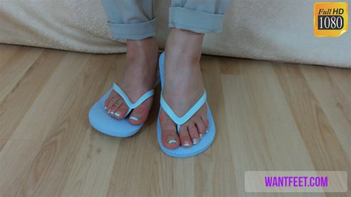 075-zelda-shows-her-feet-off.MP4.0006
